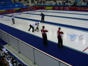 Joueur balaye curling